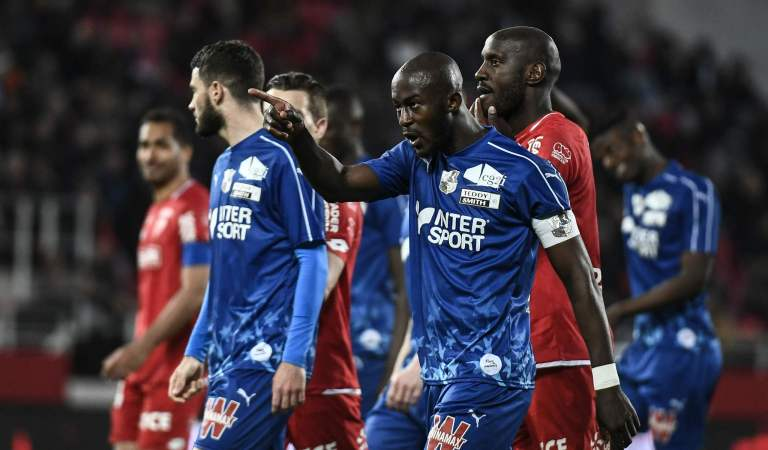 Capitán del Amiens es víctima de racismo en liga francesa