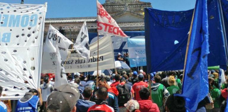 Argentina: Sindicatos y pequeñas empresas marchan contra política económica de presidente Macri