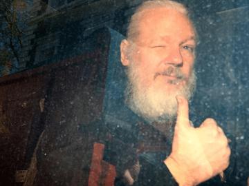 El fundador de WikiLeaks, Julian Assange, llega en una camioneta a una corte, después de que fue arrestado, frente a la embajada ecuatoriana en Londres, Gran Bretaña. 11 de abril de 2019/ FOTO: REUTERS/Hannah McKay