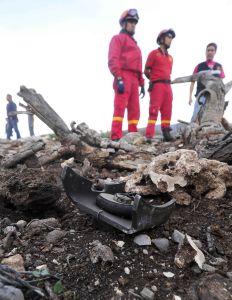 Rescatistas observan restos del accidente.