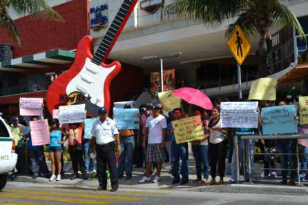 21puntaMaestros se manifestaron en Zona Hotelera (59)