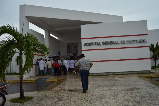 Protestan médicos en Hospital General de Chetumal. (Foto: Ángel Solís)