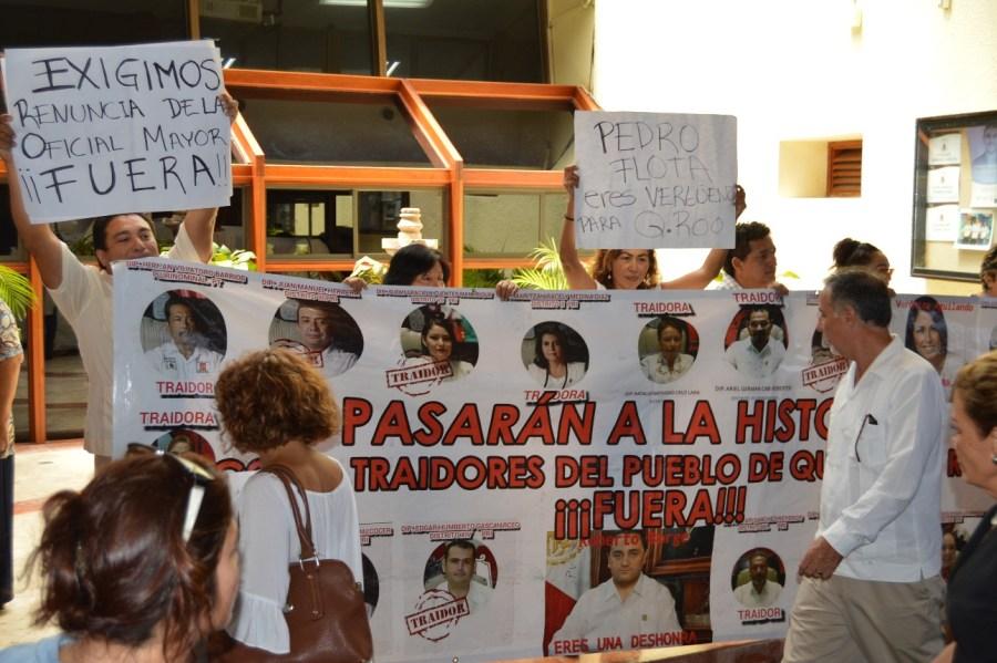 Protesta afuera del salón de sesiones del Congreso contra los diputados de la XIV Legislatura que aprobaron el 'paquete de impunidad' de Roberto Borge.