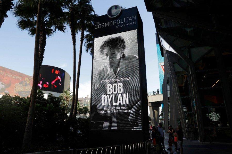 Un cartel afuera del hotel Cosmopolitan de Las Vegas, donde se presentó ayer, felicita a Bob Dylan por haber ganado el Nobel de Literatura. Foto Ap