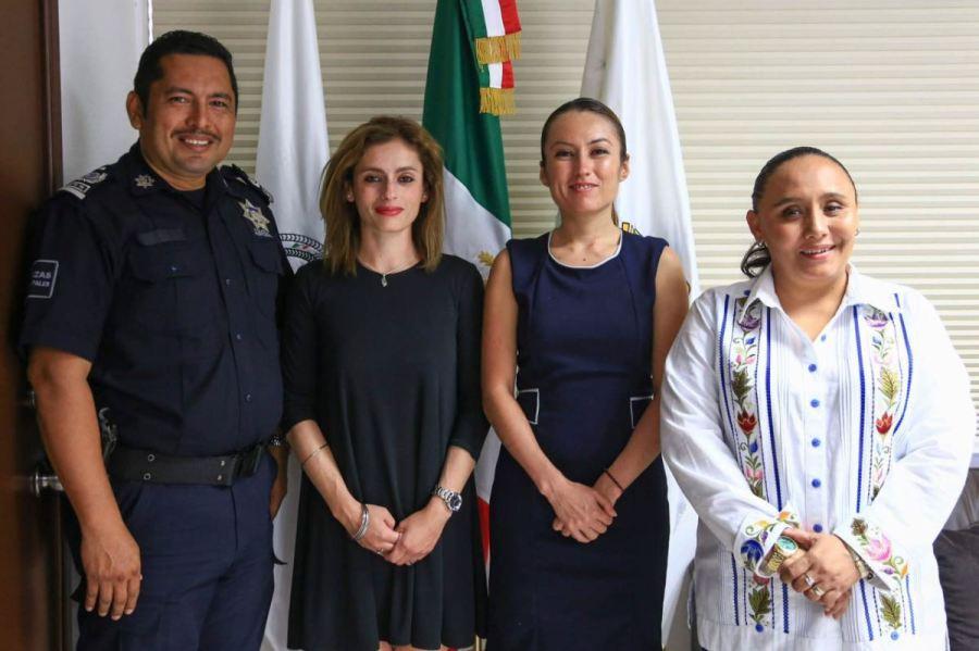 Diana María Ortiz Echeverría, hoy ex directora de Tránsito Municipal, y Dulce Yuridia Ortega Gómez, ex directora de la Policía Turística, en medio de la Alcaldesa Cristina Torres, y el ex director de Seguridad Pública, Luis Pérez Maldonado.