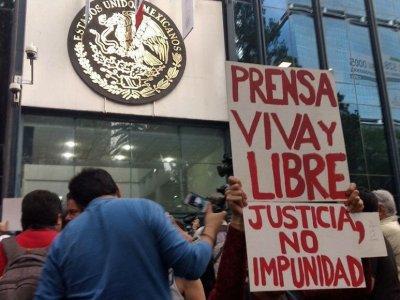 """""""YA BASTA DE BALAS"""": Manifestaciones en la capital y varios estados por asesinato de periodista de La Jornada"""