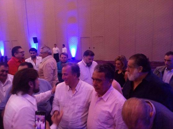 Gabriel Mendicuti fue fotografiado junto a José Antonio Meade, en una comida que tuvo el precandidato del PRI a la Presidencia con empresarios en Cancún ayer viernes 19 de enero. Hoy fue detenido.
