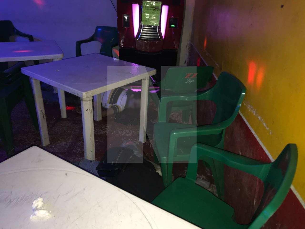 Ejecutan a dos y lesionan a varios en un bar de Cancún