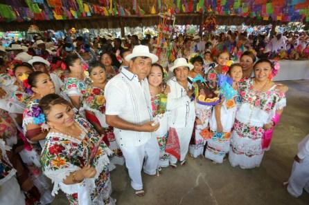 Cozumel.- Con la presencia del Gobernador del Estado, Carlos Joaquín González, se llevó a cabo el tradicional baile de la cabeza de cochino, en el marco de la clausura de las fiestas de El Cedral 2018.