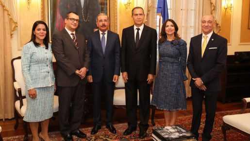 Medina recibe a los miembros del Tribunal Superior Electoral