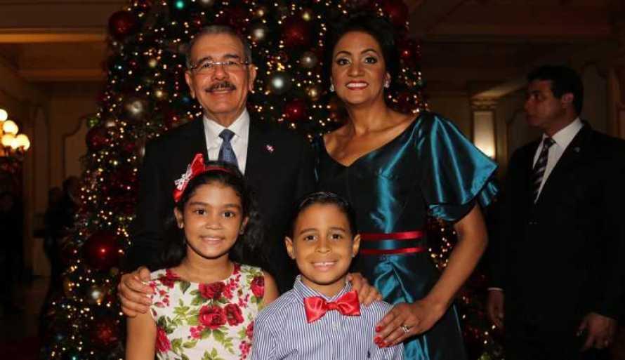Palacio Nacional se viste de gala, familia presidencial enciende árbol de Navidad