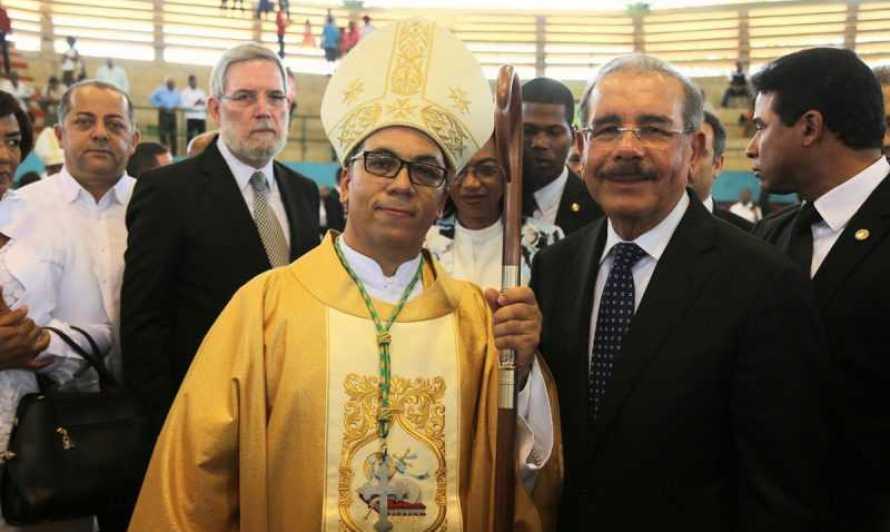 Medina asiste a ordenación nuevo obispo San Pedro de Macorís