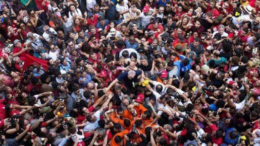 Lula se entrega a la policía para entrar en prisión
