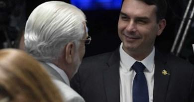 Flavio Bolsonaro elogia Jaques Wagner: 'Super experiente, equilibrado. Me surpreendeu'