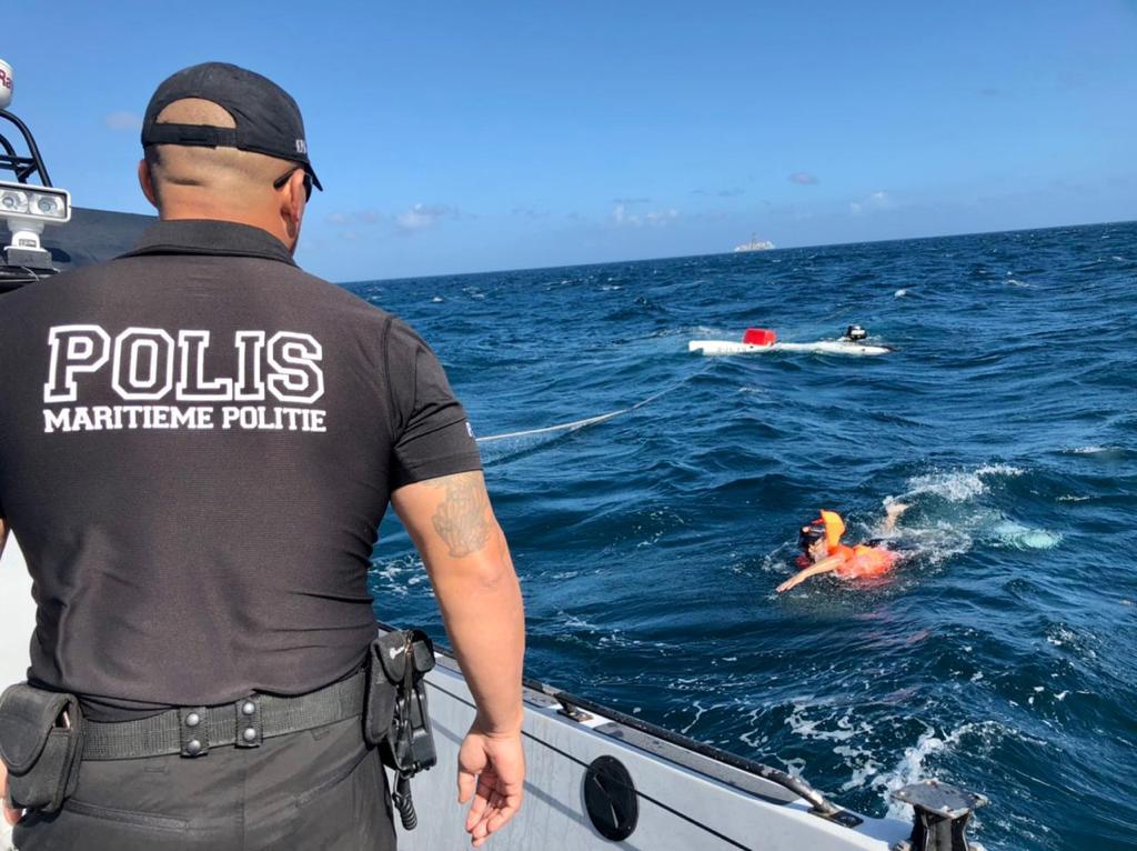 Cuerpo policial: Rescatan a dos personas en el mar