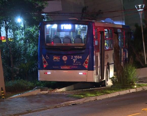 ônibus bate na zona norte de São Paulo