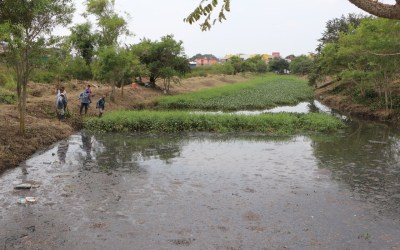 Gobierno de Tuxpan desazolva canal para prevenir inundaciones.