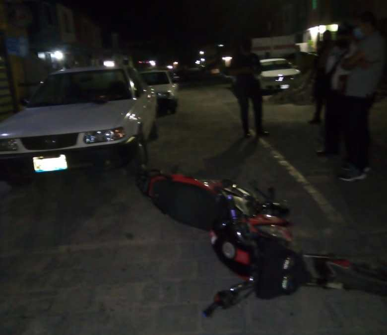 Se estampa con su moto en un auto