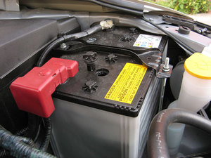 bateria coche 300x225 Todas las claves para poner el coche a punto en otoño
