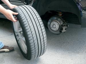 rueda repuesto normal 2 300x225 Sistemas para reparar pinchazos: pros y contras