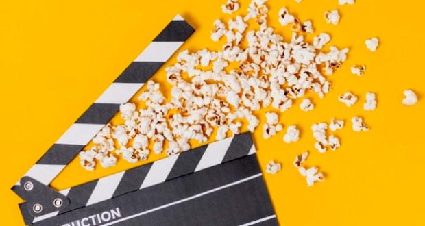 claquete-de-cinema-com-pipocas-em-fundo-amarelo