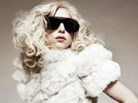 """Cristão entrega panfleto evangelístico a Lady Gaga e cantora responde dizendo que levará todos """"ao inferno"""""""