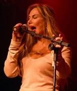 """Famosa cantora Rosana se converte, faz versão gospel de """"Como uma deusa"""" e canta em boate gay"""