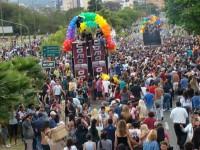 Gays criam igreja pentencostal homossexual e vão para parada gay evangelizar