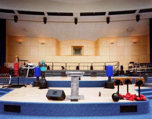 Equipamentos de ginástica e boxe usados durante dinâmica, no altar da megaigreja de Maryland Springs, Montana