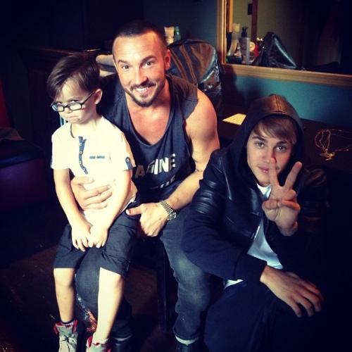 Justin Bieber ao lado do pastor Carl Lentz e seu filho