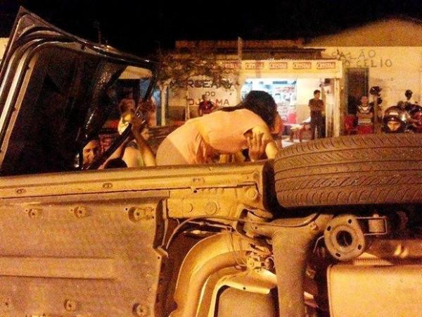Jandira sai do carro após capotamento