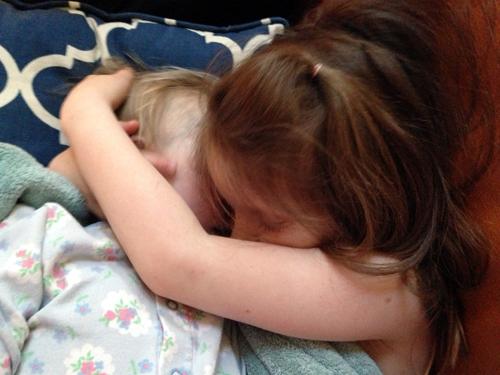 A irmã mais velha de Giselle, Holly, a abraça após sua morte