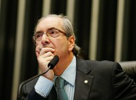 Eduardo Cunha retoma projeto que proíbe adoção de crianças por casais gays e recebe elogios