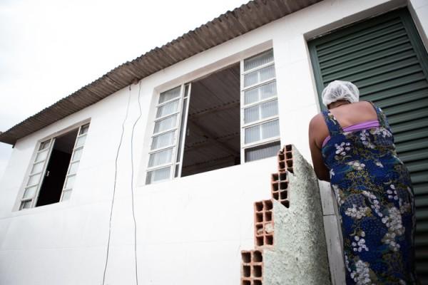 Moradora entra em casa prestes a ser entregue pelo projeto após reforma