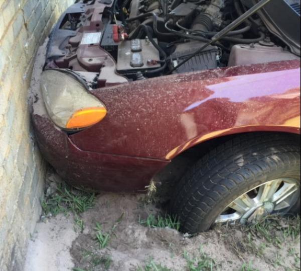 Carro ficou atolado no gramado