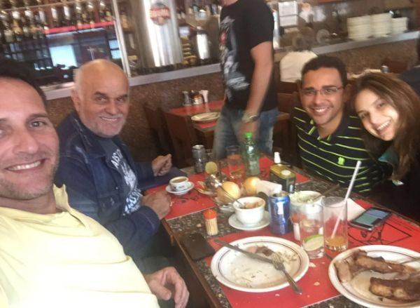 Emerson Biazon ao lado de Talma Bauer e Marcelo Machado ao lado de Patrícia Lélis durante o almoço