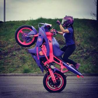 larissa-dionisio-parecia-gostar-de-motos-esportivas