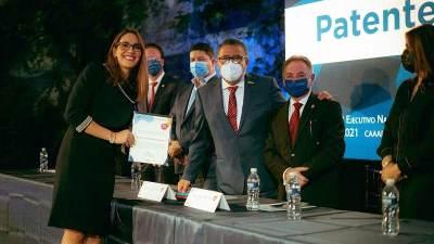 Entrega AGA reconocimiento a nuevos Agentes Aduanales