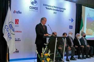 Entrega Comce Premio al Mérito Exportador 2021 a presidente de Grupo Lambi