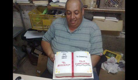 El lider de la banda, Alberto Saturno, recibe un libro-torta para su cumpleaños. En la decoración del pastel está escrito su apodo: El Apócrifo.