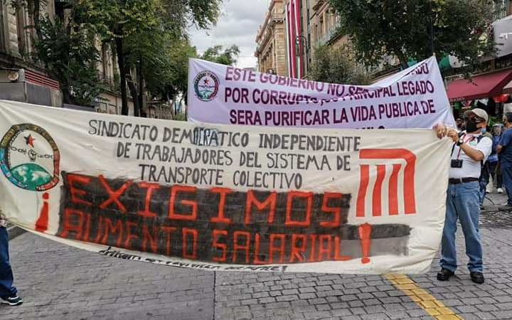 Metro de la CDMX cumple 51 años de vida, trabajadores inconformes realizan marcha