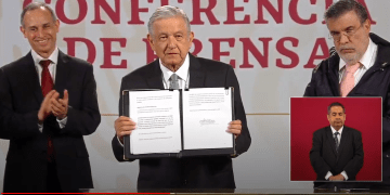 AMLO firma solicitud de consulta para enjuiciar expresidentes 6