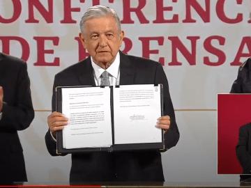 AMLO firma solicitud de consulta para enjuiciar expresidentes 1