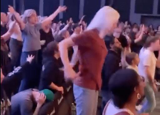 Los miembros de la iglesia Bethel cantan para resucitar a un niño