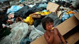 niño comiendo basura