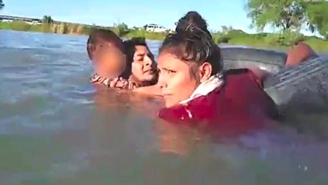 niño cruzando con familia frontera