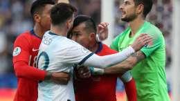 Gary Medel cruce con Lionel Messi