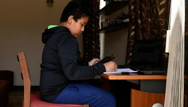 Niño recibe clases online en medio de la cuarentena por COVID-19