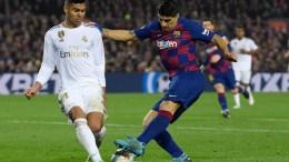 Casemiro y Luis Suárez disputando un balón en el Clásico Real Madrid Barcelona