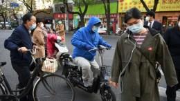 Personas transitan calles de Pekín